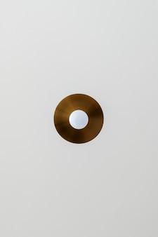 Kupferlampe an einer grauen decke