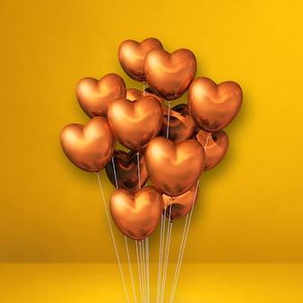 Kupferne herzform ballons bündel auf einer gelben wand. 3d-darstellung rendern
