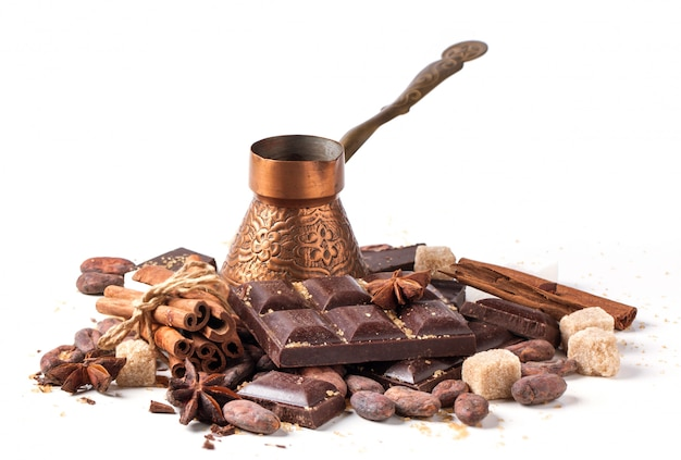 Kupfernes cezve mit dunkler schokolade und kakaobohnen