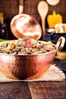 Kupfertopf mit tropeiro-bohnen, typisches essen aus brasilien im bundesstaat minas gerais