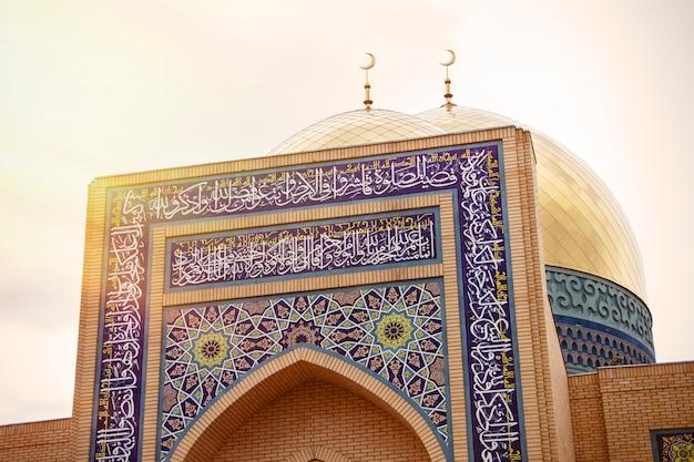 Kuppelgoldmoschee mit mondislamischer religion