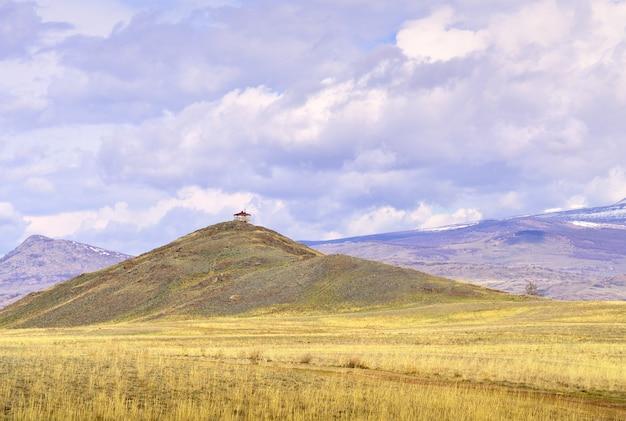 Kurai-steppe im altai-gebirge ein pavillon auf einem hügel inmitten einer ebene