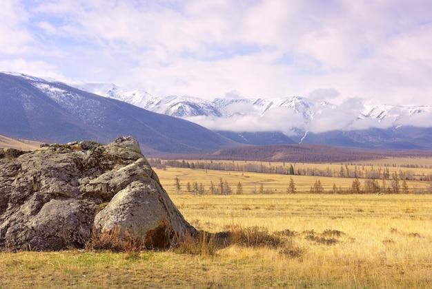 Kurai-steppe im altai-gebirge felsige klippen auf der frühlingsebene