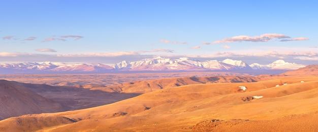 Kurai-steppe im altai-gebirge panorama der schneebedeckten gipfel des nördlichen chui-gebirges
