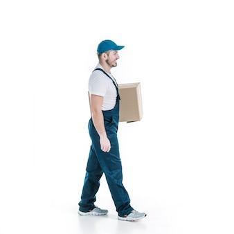 Kurier, der mit paket geht