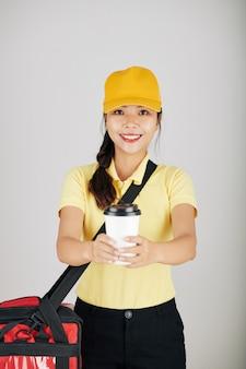 Kurier gibt eine tasse kaffee