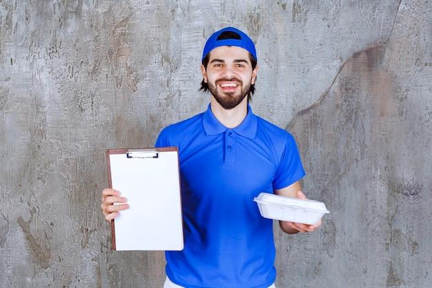 Kurier in blauer uniform hält eine plastikbox zum mitnehmen und bittet um eine unterschrift.