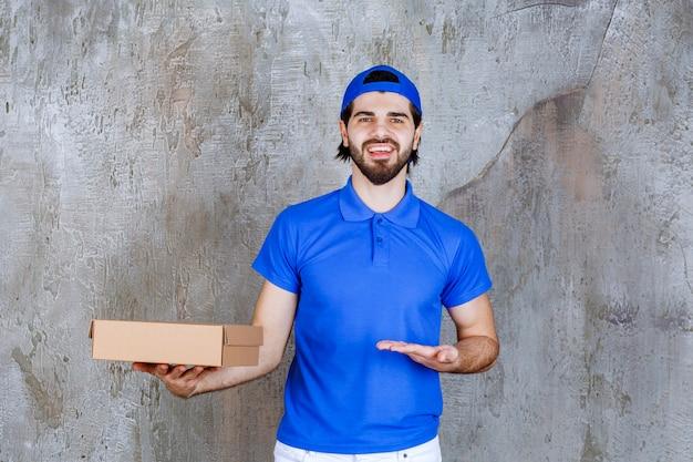 Kurier in blauer uniform mit einer box zum mitnehmen