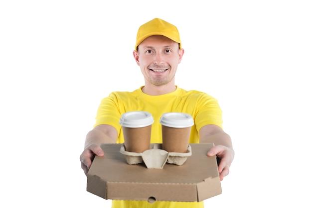Kurier in gelb, liefert pizza zum mitnehmen und getränke. hauslieferdienst.