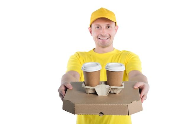 Kurier in gelb, liefert pizza zum mitnehmen und getränke.