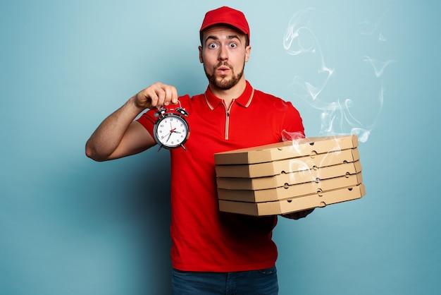 Kurier ist pünktlich, um schnell pizzen zu liefern