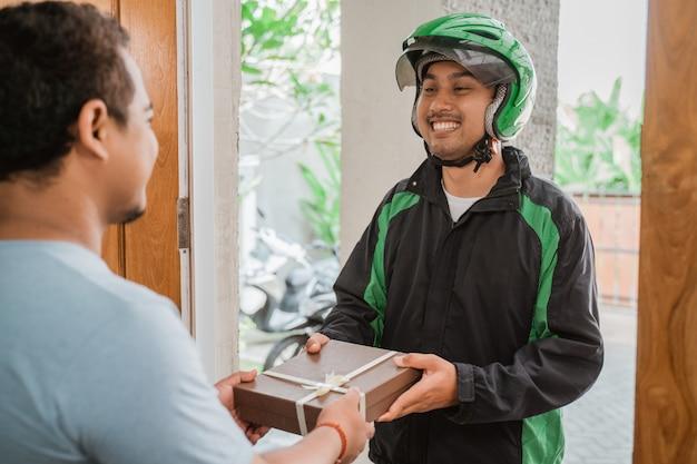 Kurier liefert geschenkbox