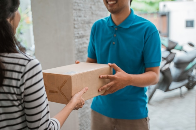 Kurier liefert paketbox