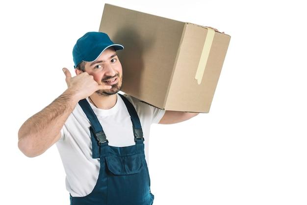 Kurier mit paket, das anrufgeste zeigt