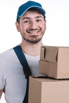 Kurier mit paketen, die kamera betrachten