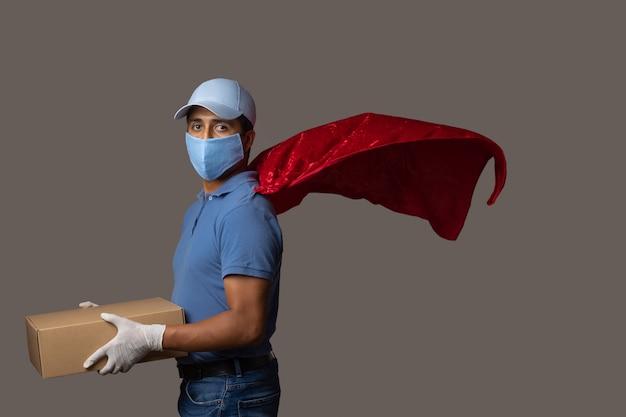 Kurier mit rotem umhang, mundabdeckungen und handschuhtragebox