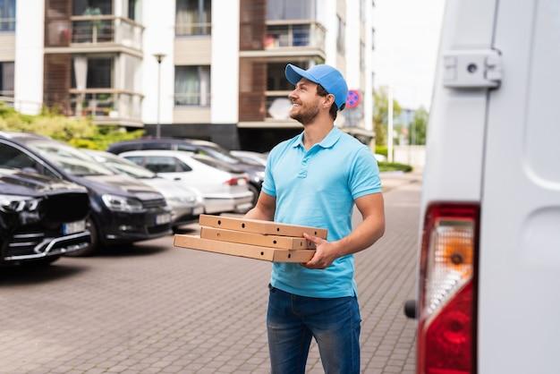Kurier wartet während der pizzalieferung auf einen kunden