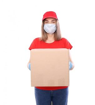 Kurierfrau in maske und handschuhen mit kasten lokalisiert auf weiß. kurier catering. post. bleib zuhause