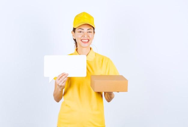 Kurierin in gelber uniform, die dem kunden die bestellung anbietet und das echtheitszertifikat vorlegt.