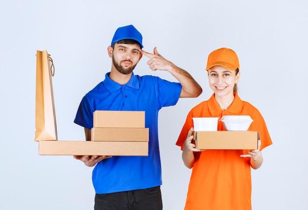 Kurierjunge und -mädchen in blauen und gelben uniformen, die pappkartons und einkaufspakete halten, sehen verwirrt aus und denken über neue ideen nach.