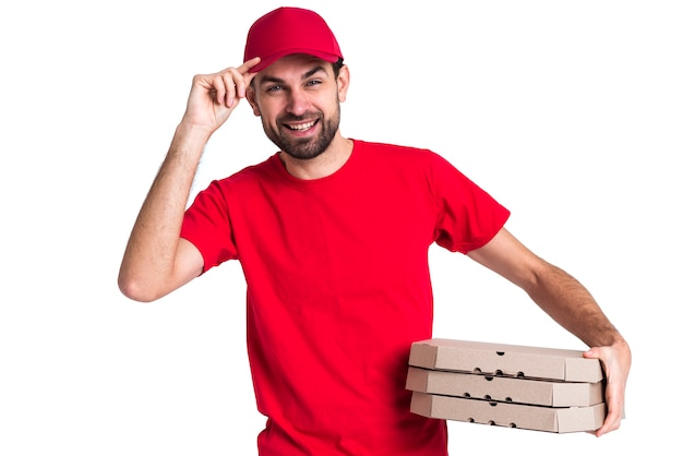 Kuriermann, der stapel von pizzakästen und von seiner kappe hält