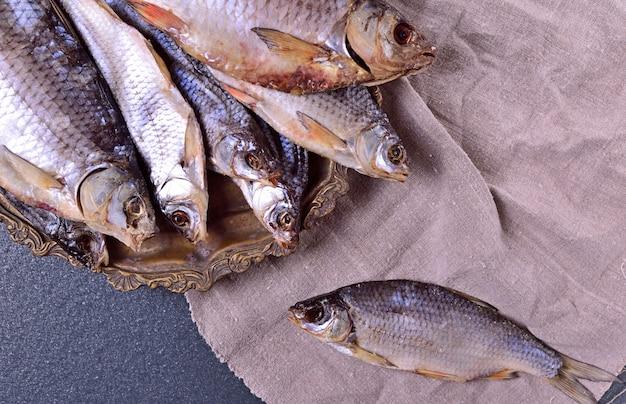 Kurierter fischkarpfen auf einer eisenplatte