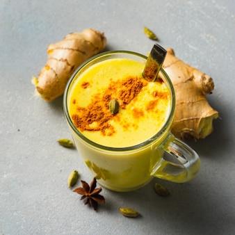 Kurkuma goldener latte auf leuchttisch