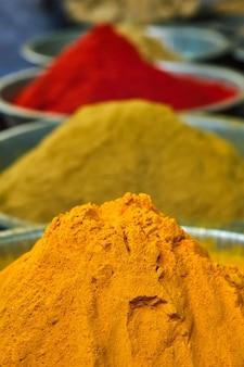 Kurkuma-kurkumapulver und chilipulver im gewürzmarkt in indien