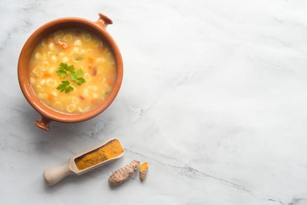 Kurkuma und gemüsesuppe