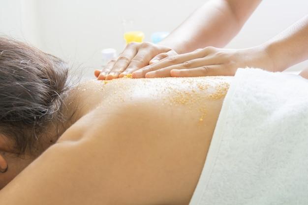 Kurkuma und tamarinde mit honig und peeling und massage hautbehandlung