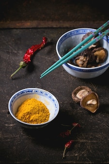 Kurkumapulver und shiitake-pilze
