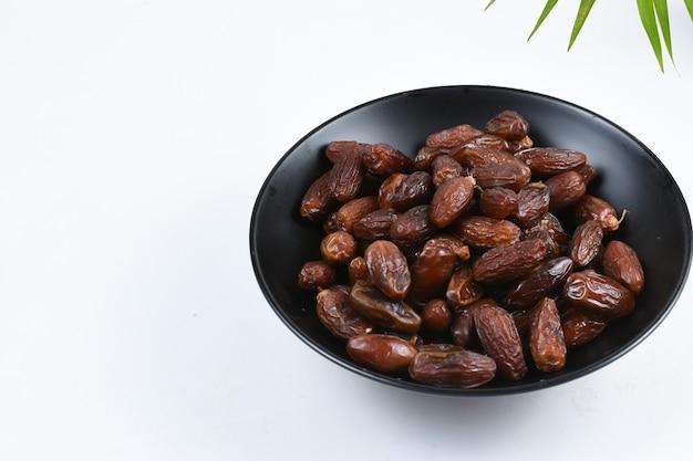 Kurma oder süße getrocknete palmenfrüchte isoliert auf weißem hintergrund