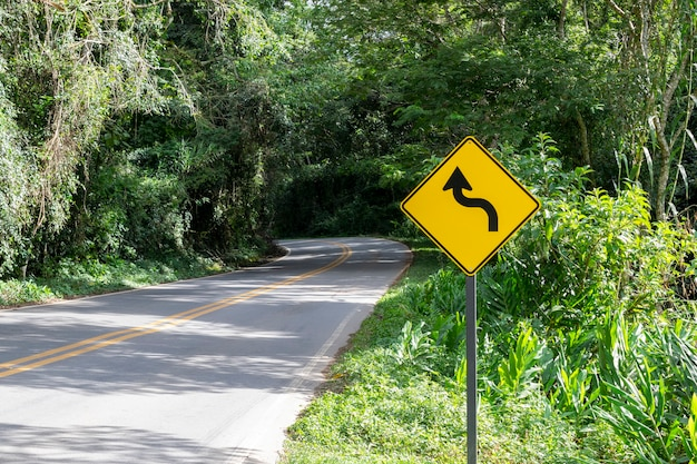 Kurven wegweiser auf der autobahn