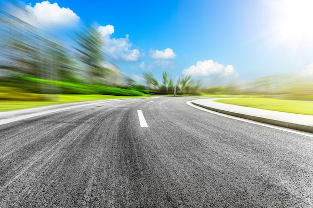 Kurvenreiche autobahn und blauer himmel