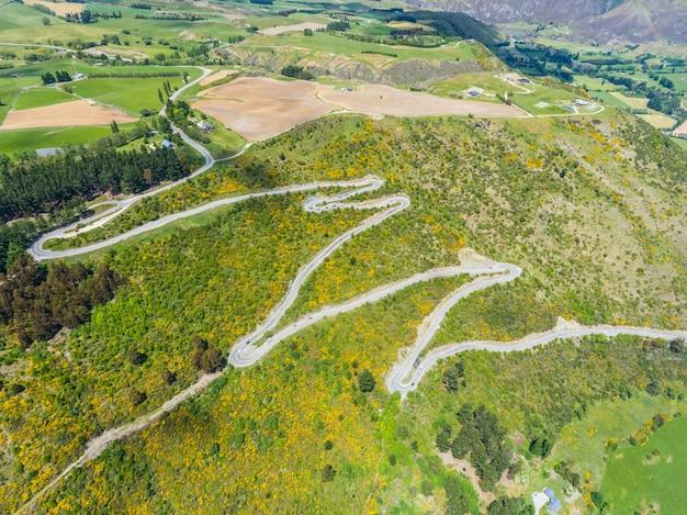 Kurvenreiche straße auf berg, queenstown, neuseeland