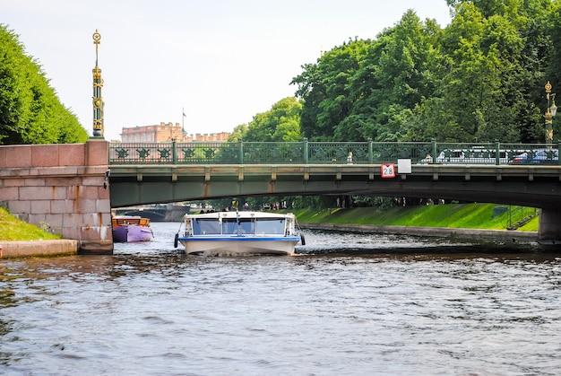 Kurvenreiche wasserstraßen im malerischen sankt petersburg