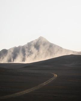 Kurvenstraße mit einem nebligen vulkanischen drohnenschuss