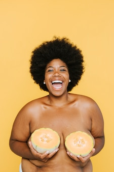 Kurvige afroamerikanerfrau mit melonen