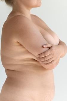 Kurvige frau posiert selbstbewusst nackt und zeigt ihre haut