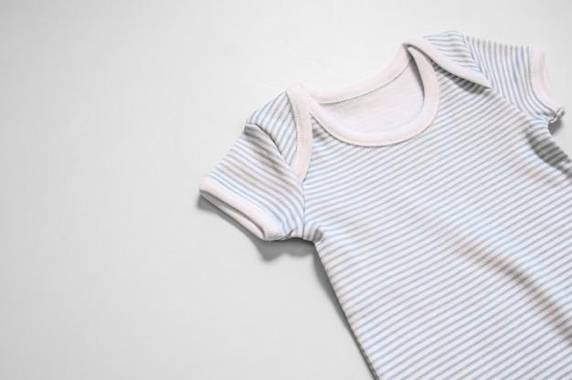 Kurzarm baby kleidung in weiß auf weißem hintergrund