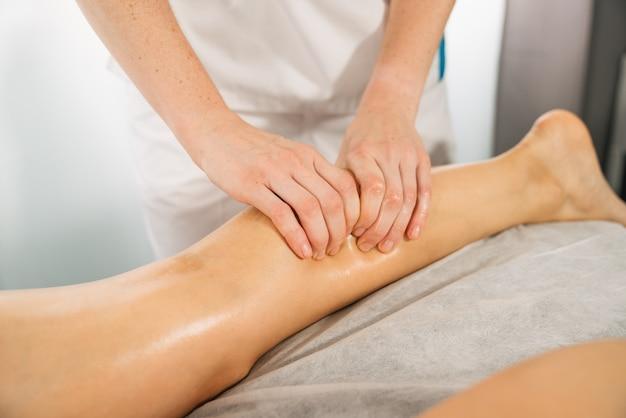 Kurzaufnahme einer physiotherapeutischen beinmassage in einer klinik