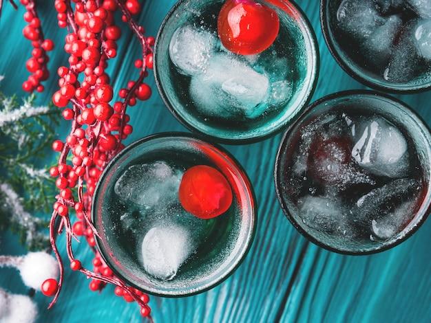 Kurze alkoholgrüne getränke mit kirsche