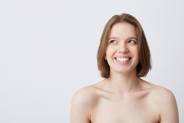 Kurzer schuss der glücklichen schönen jungen frau mit dunklem haar