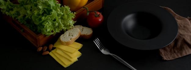 Kurzer schuss des dunklen modernen konzeptküchentischs mit küchengeschirr, französischem baguette und zutaten