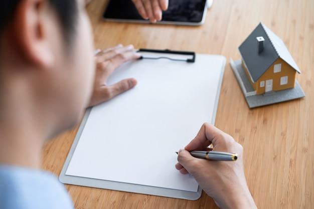 Kurzer schuss des immobilienbesitzers, der hypothekendarlehensvertrag am büro der immobilienagentur unterzeichnet.