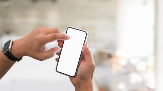 Kurzer schuss eines jungen mannes mit seinem smartphone mit leerem bildschirm