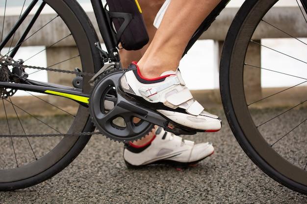 Kurzer schuss eines mannes, der fahrrad fährt
