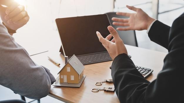 Kurzer schuss von geschäftsleuten, die über das interesse verhandeln, in immobilien zu investieren