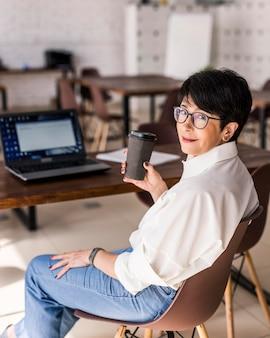 Kurzhaarige geschäftsfrau mit laptop