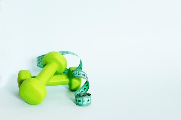 Kurzhanteln und maßband. gewichtsverlust konzept
